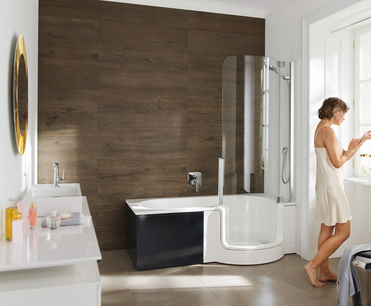 bathtub with rounded door and large shower area | © Artweger GmbH. & Co. KG