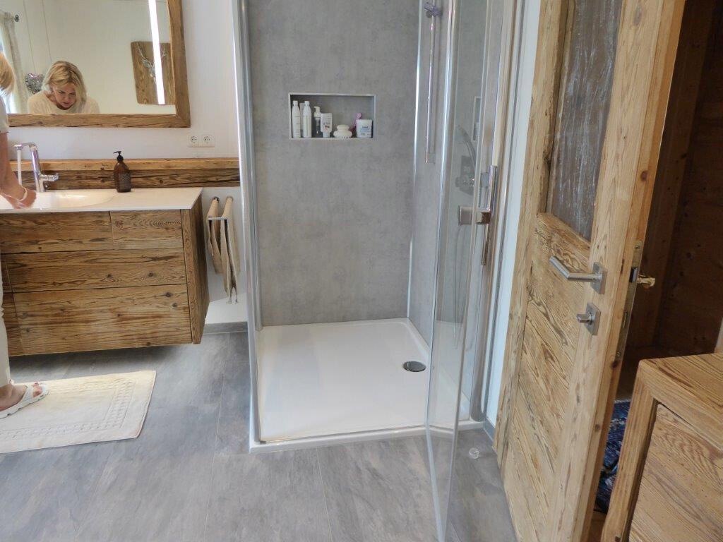 badrenovierung mit altholz und beton optik artweger. Black Bedroom Furniture Sets. Home Design Ideas